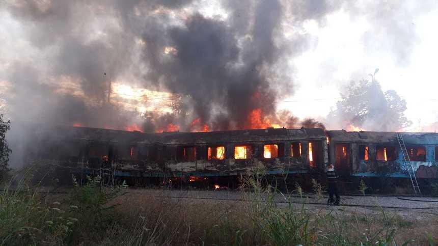 UPDATE - Incendiu la mai multe vagoane de tren, în zona Calea Giuleşti din Bucureşti; arderea este generalizată şi se degajă foarte mult fum/ Poliţiştii şi pompierii fac o anchetă pentru a stabili de la ce a pornit focul - FOTO/ VIDEO