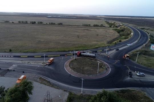 Buzău: Traficul în zona unde s-a răsturnat o cisternă, reluat după aproximativ 8 ore/ Autocisterna a fost scoasă în afara părţii carosabile