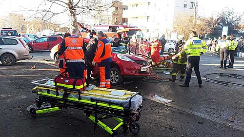 UPDATE: Trei adulţi şi doi copii, răniţi într-un accident produs în Capitală, fiind implicate două autoturisme/ Una dintre maşini a ricoşat într-un copac - FOTO