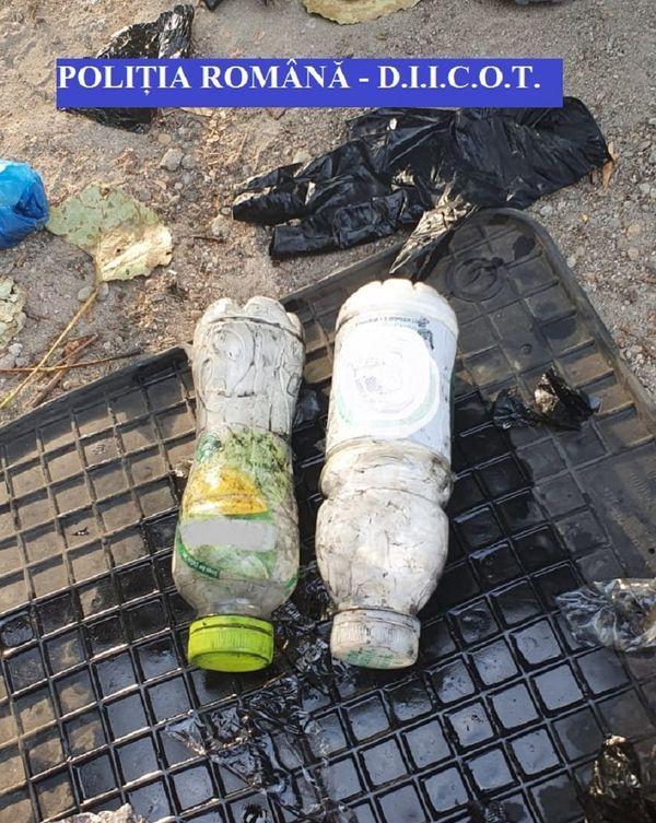 DIICOT - Cocaină ascunsă în sticle de plastic în rezervorul unei maşini - patru bărbaţi au fost arestaţi