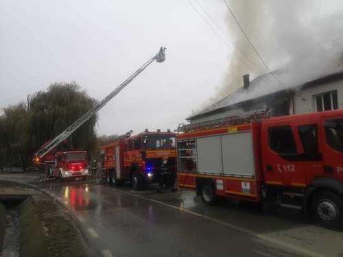 UPDATE - Incendiu la o şcoală din judeţul Alba; elevii au fost evacuaţi - FOTO, VIDEO