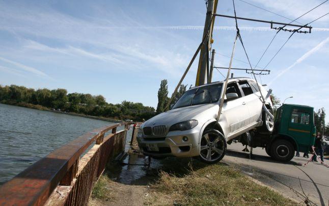 Sunt idioţii înclinaţi să conducă BMW? Sau maşina de lux germană îi transformă în idioţi? Studiul răspune la întrebare