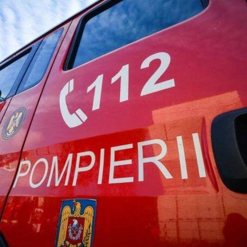 Incendiu puternic într-un apartament din Piatra Neamţ, 20 de persoane s-au evacuat. Proprietara locuinţei a suferit arsuri uşoare