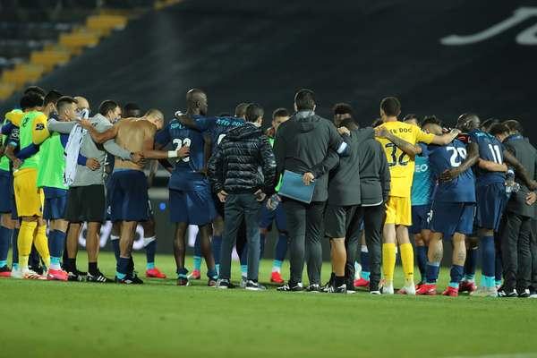 Formaţia FC Porto, liderul campionatului Portugaliei, a fost învinsă, miercuri seară, în deplasare, cu scorul de 2-1, de echipa Famalicao, în primul meci de după pauza cauzată de pandemia de coronavirus.  Famalicao ocupă locul cinci în clasament.  Goluril