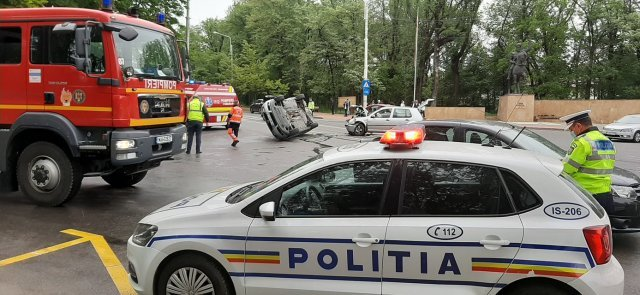 Accident în Copou: VW Passat răsturnat pe o parte de un Golf