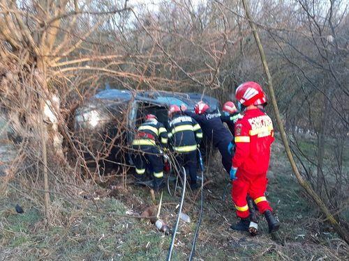 Vâlcea: Două persoane au murit după ce maşina în care se aflau s-a izbit de un copac