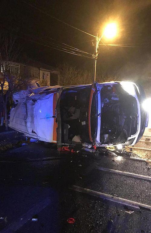 UPDATE - Vrancea: O ambulanţă care transporta o pacientă cu coronavirus s-a răsturnat pe DN 2 / Femeia a murit, iar doi membri ai echipajului au fost răniţi / Pacienta era intubată / Medicul, în stare gravă
