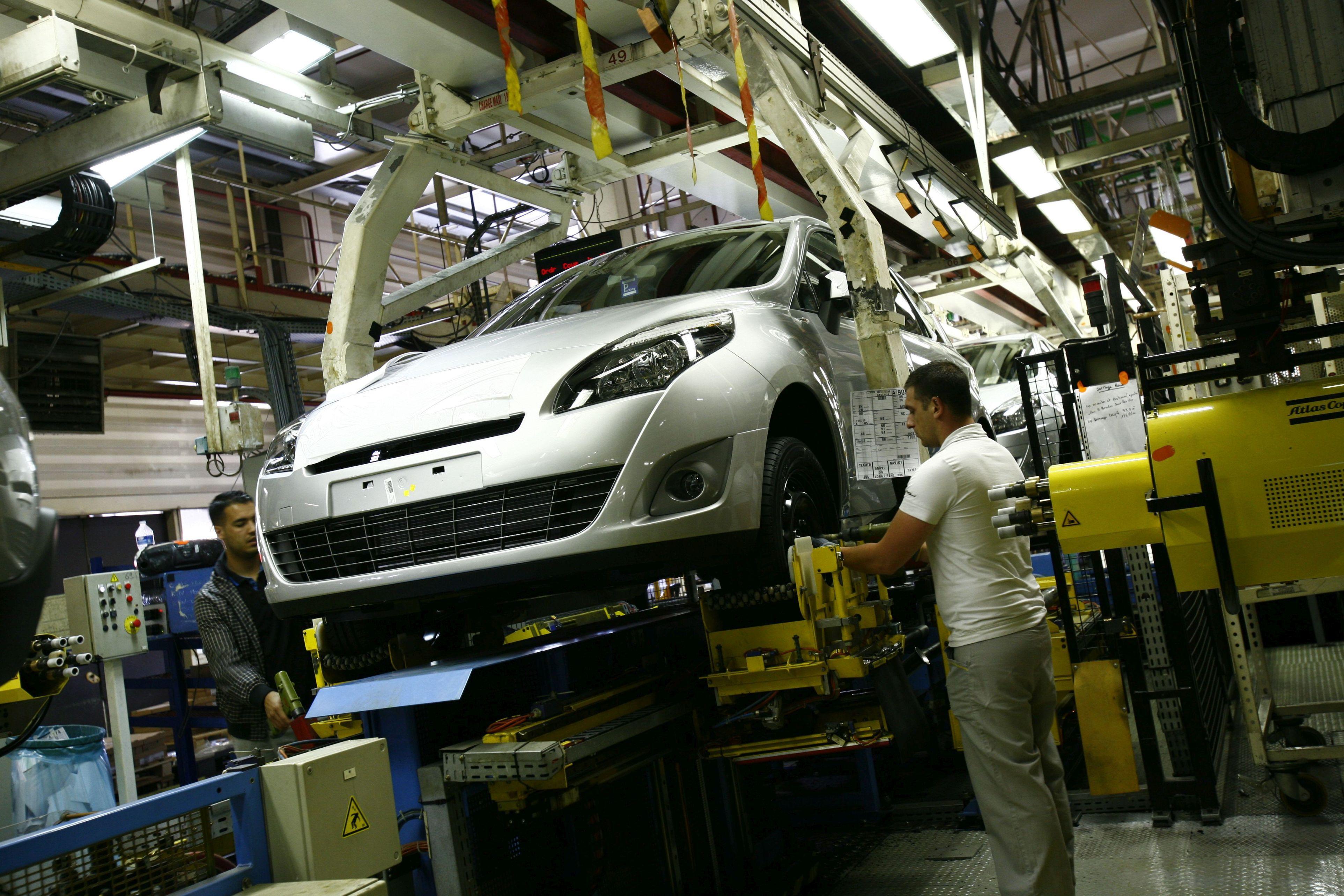 Aproape 150.000 de salariaţi din auto s-au întors la fabrici săptămâna aceasta