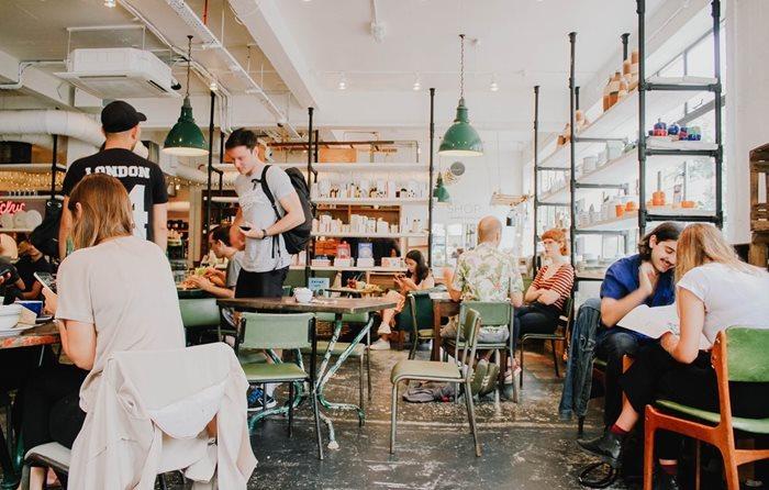 Restaurantele se deschid de marţi în judeţele unde incidenţa cazurilor este mai mică sau egală cu 1,5/1.000 de locuitori/ Rămân închise barurile, cluburile şi discotecile/ Îşi reiau activitatea cinematografele şi instituţiile de spectacole sau concerte