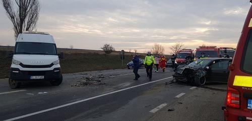 Şapte persoane au fost rănite într-un accident produs în zona localităţii Podu Iloaiei, între un microbuz şi un autoturism - FOTO