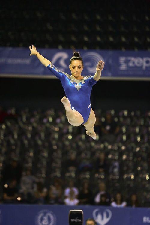 Larisa Iordache a urcat plângând pe podiumul finalei pe echipe, la CE gimnastică; România, medalie de argint