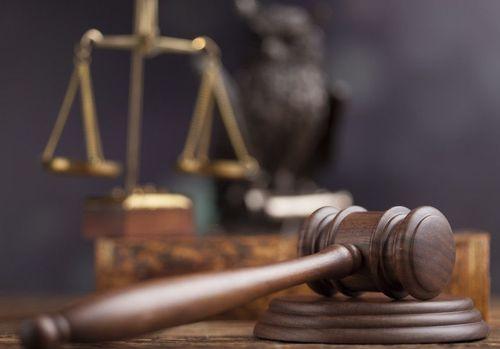 Un poliţist, un medic şi un asistent medical, condamnaţi la închisoare cu suspendare după ce au acceptat recoltarea de sânge de la o altă persoană, în locul unui şofer prins băut