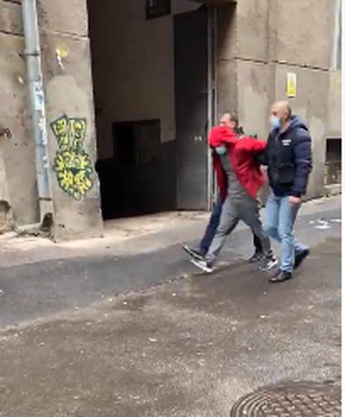 Un bărbat suspectat că ar fi autorul jafului comis la o bancă din Bucureşti, prins pe o stradă din Sectorul 3 - VIDEO