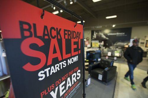 Cumpărăturile online de Black Friday din SUA au crescut cu 22%, la un nivel record de 9 miliarde de dolari; Traficul în magazine a scăzut în schimb cu 52,1%