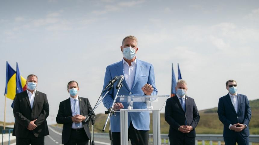 Iohannis, la inaugurarea unui sector de autostradă: De fapt, nu prea s-a vrut să se dezvolte infrastructura. Acum se vrea. Nu am venit pentru festivisme, ci pentru a da semnalul că trebuie să lucrăm mai repede şi să ne ţinem de termene - VIDEO