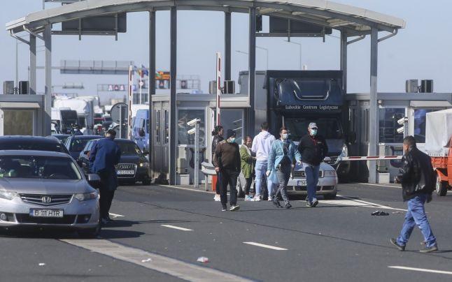 O familie de români care a minţit la graniţă că vine din Germania, dată de gol de bonurile fiscale şi produsele din Italia