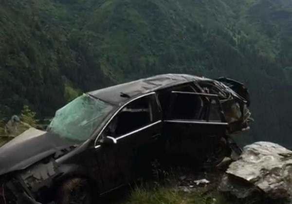 UPDATE - Argeş: O maşină s-a izbit de o stâncă pe Transfăgărăşan, iar o persoană a murit şi două au fost rănite/ Maşina s-a răsturnat de câteva ori