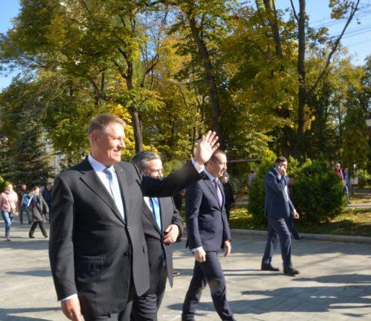 Președintele Klaus Iohannis s-a plimbat prin centrul Sucevei, a făcut poze cu sucevenii și a purtat scurte discuții cu aceștia, dar și cu copii de grădiniță. Șeful statului s-a întâlnit și cu parlamentarii și aleșii locali PNL din județ//FOTO/VIDEO