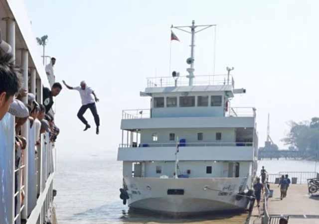 Căpitanul vasului a sărit în apă, pentru a salva o femeie căzută peste bord