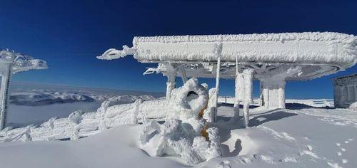 Persoană în stare de ebrietate găsită de salvamontişti sub zăpadă, pe domeniul schiabil din Sinaia