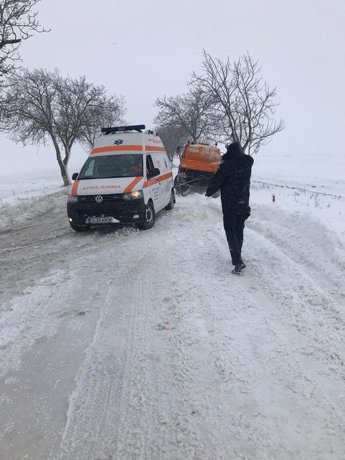 Tulcea: Ambulanţă care transporta la spital o femeie însărcinată, blocată în zăpadă. Jandarmii au intervenit pentru deszăpezire