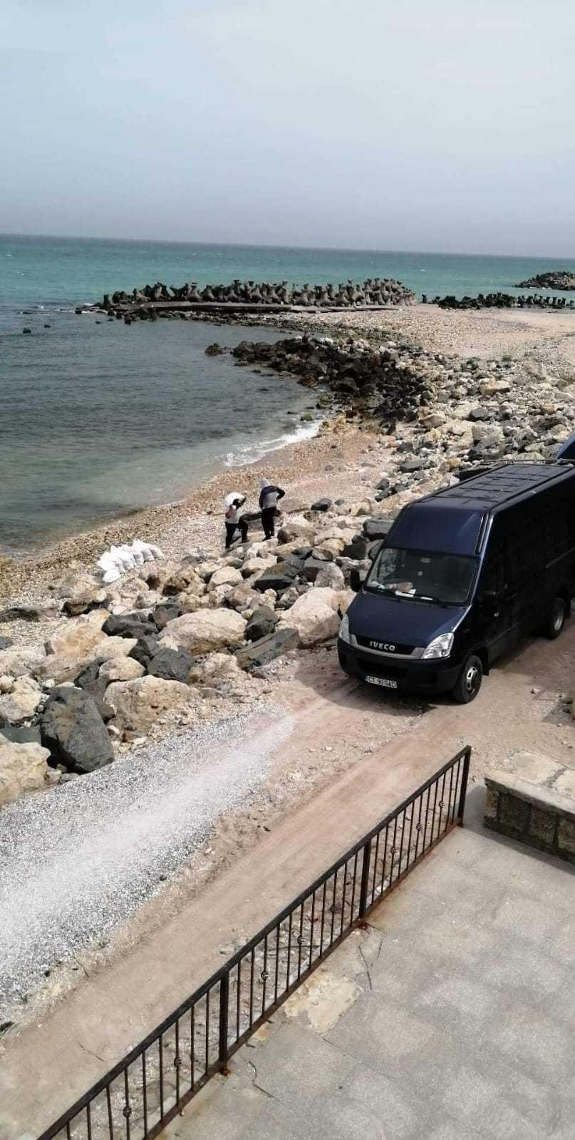Două persoane au fost surprinse în timp ce umpleau saci cu nisip de pe plaja din Eforie Sud şi îi încărcau într-o maşină - FOTO/ VIDEO