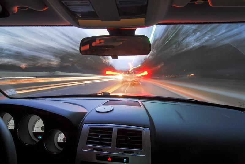 Iași: Un șofer beat și fără permis, somat cu arma, a lovit o mașină de Poliție în timp ce era urmărit