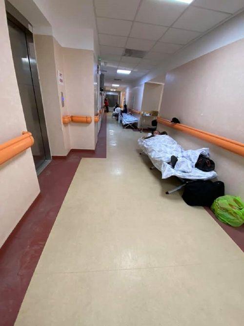 """Imagini de la Spitalul """"Matei Balş"""": """"Pacienţii stau pe scaune la oxigen sau pe paturi de campanie. Terapia intensivă s-a mutat pe holuri"""" / Medicul Adrian Marinescu: Vedem o realitate a acestor zile şi situaţia nu e numai la """"Matei Balş"""" - FOTO, VIDEO"""