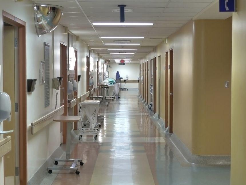 Internări sistate în două secţii ale Spitalului Judeţean de Urgenţă Ploieşti, după depistarea a două noi focare de COVID-19 în rândul personalului medical