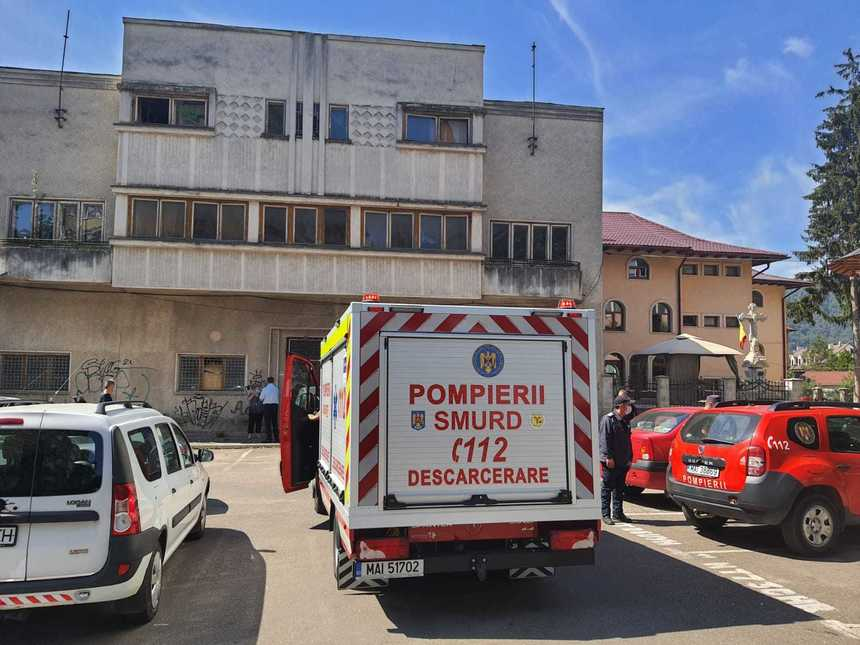 Neamţ: Substanţă chimică neidentificată, găsită de pompieri într-un seif aflat într-o clădire dezafectată