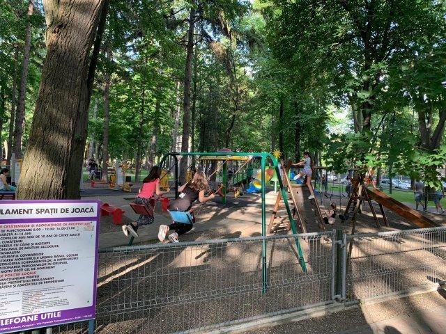 Locul de joacă din Copou, plin de copii, deși e cu lacătul pe poartă