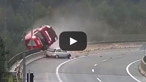 VIDEO : Momentul în care șoferul unui TIR iși pierde viața pentru a salva alt bărbat. S-a prăbușit de la 25 m înălțime