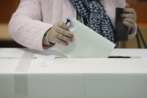 UPDATE - Alegeri parlamentare 2020 - Senat - PSD - 30 %, PNL - 25,56%, USR-PLUS - 15,29 %, AUR - 8,9% / Cameră - PSD - 29,57 %, PNL - 25,16%, USR-PLUS - 14,8 %, AUR - 8.8%. Pro România şi PMP, sub pragul electoral - după numărarea a 94% din voturi
