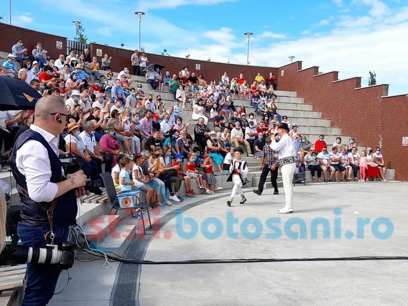 """Sute de oameni au participat la spectacolul caritabil de la """"Cornișa"""" . Distantare sociala - 0 , masca - in functie de chef"""
