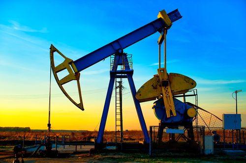 Preţurile petrolului au scăzut luni cu peste 3%, din cauza creşterii numărului de infecţii Covid-19 în SUA şi Europa