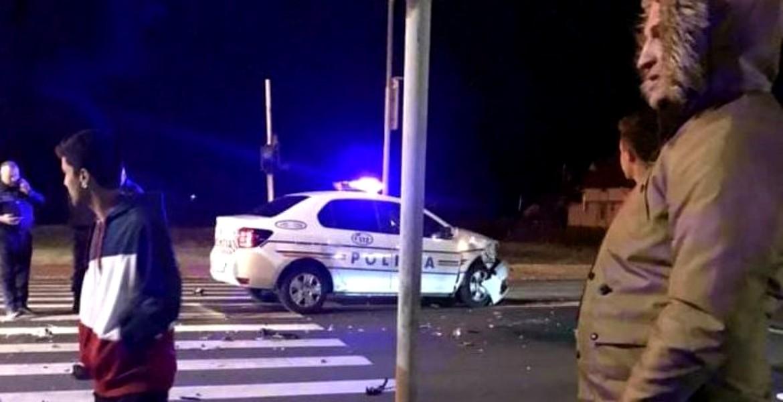 O maşina a Poliţiei a fost distrusă în intersecție de un tânăr imprudent – FOTO