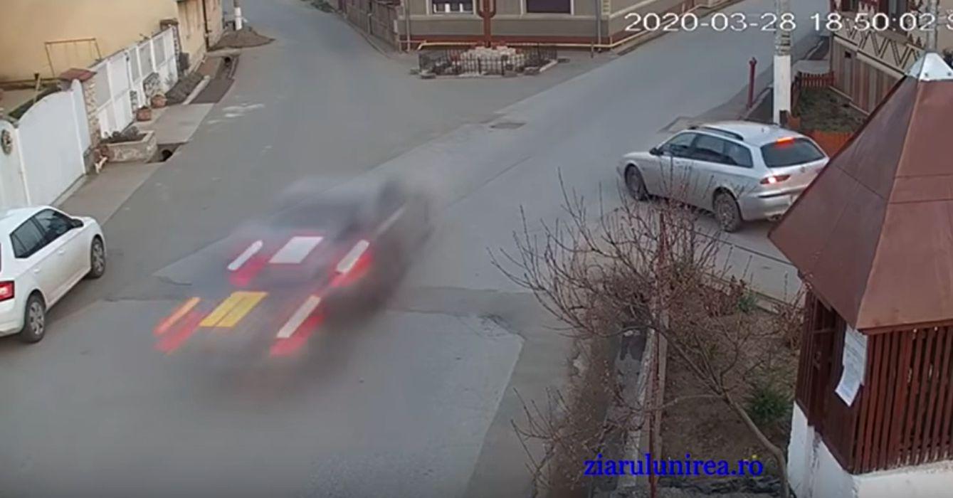 O mașină a intrat frontal în zidul unei locuinţe – VIDEO