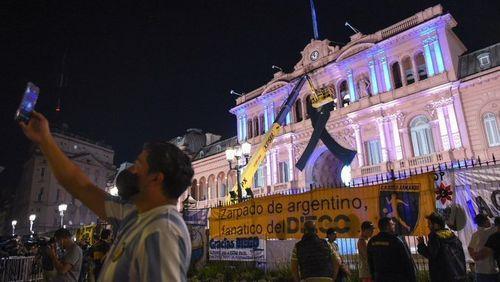 Sicriul cu corpul neînsufleţit al lui Maradona, depus la palatul prezidenţial din Buenos Aires. Peste un milion de persoane sunt aşteptate să-i aducă un ultim omagiu