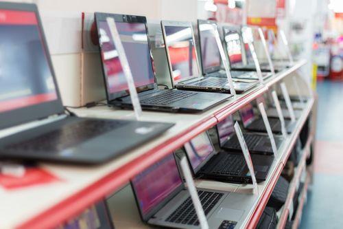 Guvernul alocă 100 de milioane de lei din fondul de rezervă pentru ca ISJ-urile să cumpere laptop-uri şi materiale sanitare, pe care să le poată pune la dispoziţia şcolilor/ Memorandum pentru conectarea la internet a 3.150 de unităţi şcolare