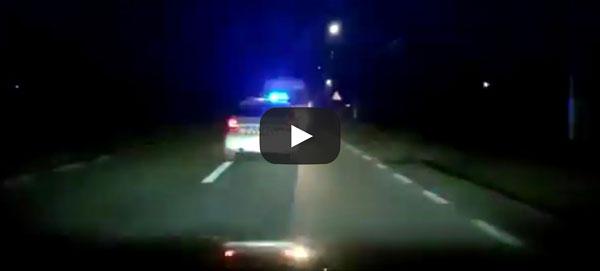 Șofer oprit cu focuri de armă. A fost urmărit de poliție mergând 2 kilometri în marșarier