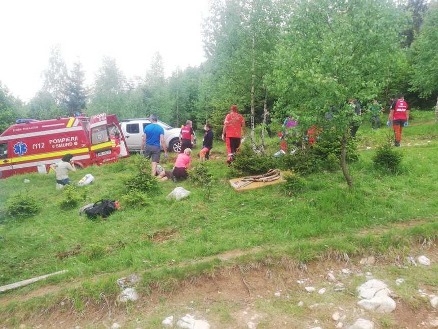 Braşov: Şapte persoane, transportate la spital după ce remorca unui tractor s-a răsturnat, pe un drum forestier - FOTO