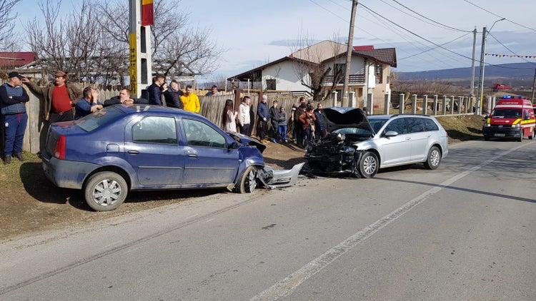 VIDEO. Accident cu 3 victime la Mogoșesti. Două autoturisme s-au ciocnit, după o depășire pe linia continuă