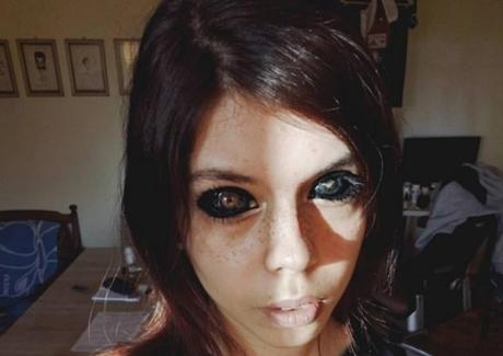 O tânără de 25 de ani A ORBIT după ce şi-a tatuat globurile oculare pentru a semăna cu artistul ei preferat