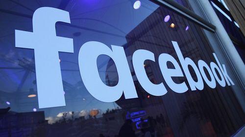Facebook interzice promovarea accesoriilor pentru arme şi a echipamentelor de protecţie în SUA