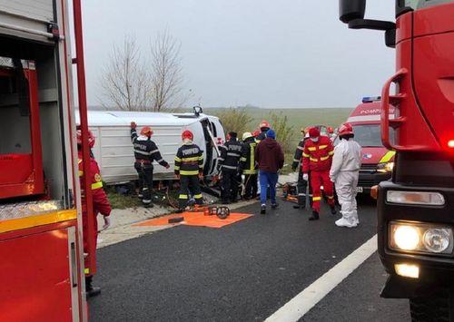 Accident pe autostradă, în judeţul Alba – O persoană a murit, după ce un microbuz cu 7 pasageri s-a răsturnat