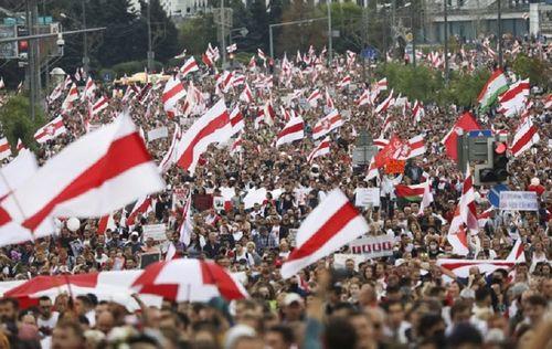 Zeci de mii de oameni protestează din nou la Minsk