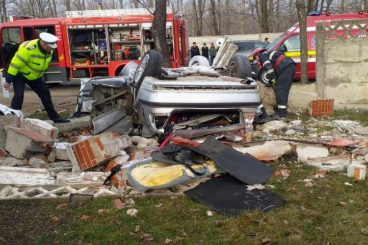 Doi tineri au murit într-un incident rutier produs în această dimineaţă