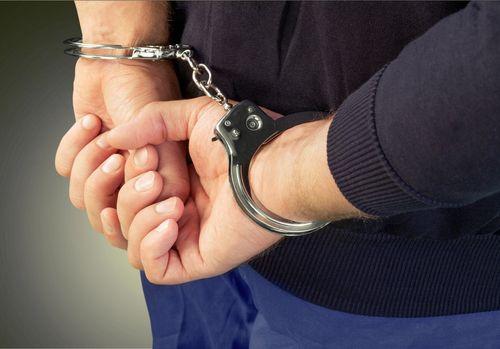 Olt: Poliţist reţinut după ce a primit 750 de euro pentru a interveni într-un dosar penal ca o persoană să nu fie trimisă în judecată
