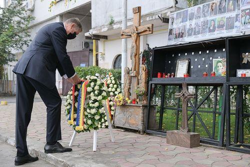 UPDATE - Preşedintele Klaus Iohannis a depus o coroană de flori în memoria victimelor incendiului din Clubul Colectiv şi a promulgat legea privind decontarea tratamentelor în ţară şi străinătate pentru cei răniţi, pe toată durata vieţii - FOTO