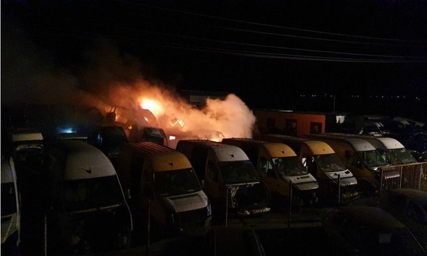Buzău: 27 de autoturisme au ars într-un un parc auto - FOTO